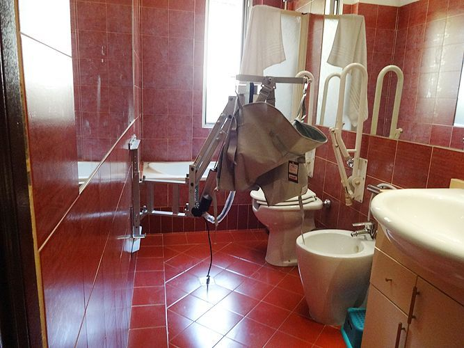 Ausilio gruetta sollevatore per disabili installato in for Piani domestici accessibili per disabili