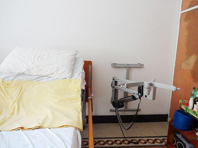 Ausilio gruetta sollevatore per disabili installato in casa con staffe al muro - Letto con sollevatore per disabili ...